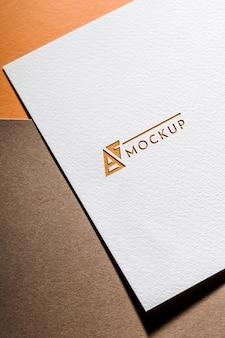 Bovenaanzicht van zakelijke mock-up kaart op grof papier