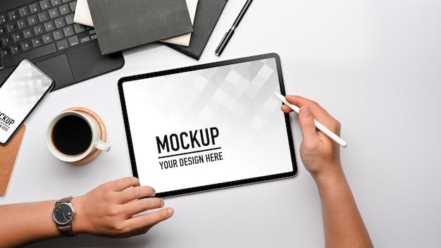 Bovenaanzicht van zakenman hand werken met tablet, smartphone mockup