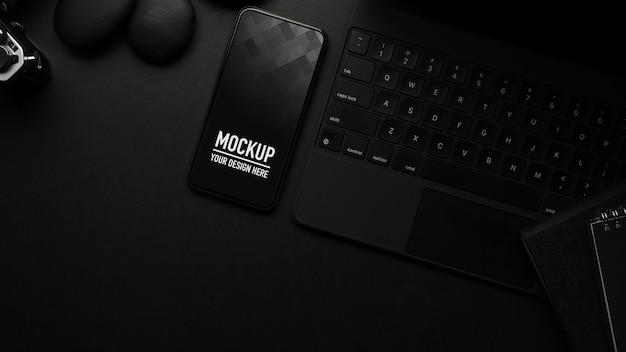 Bovenaanzicht van zwarte tafel met smartphone mockup