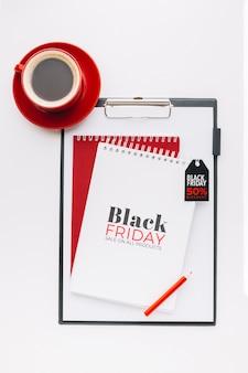 Bovenaanzicht van zwarte vrijdag concept op klembord