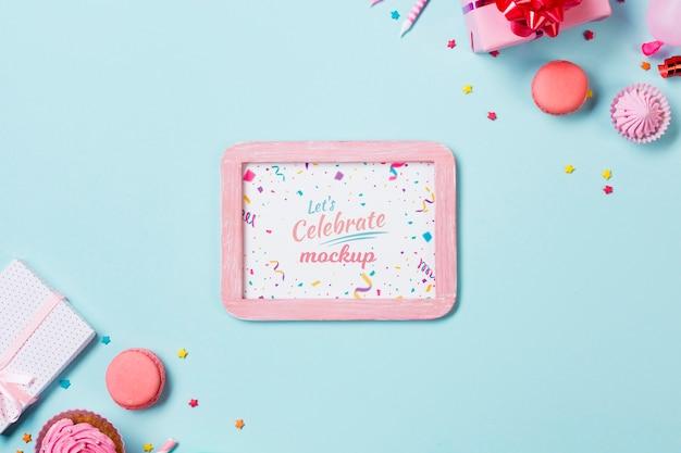 Bovenaanzicht verjaardagsarrangement met frame