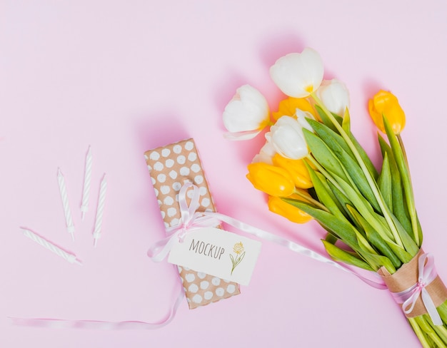 Bovenaanzicht verjaardagscadeau met bloemen