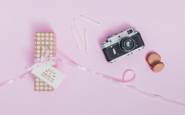 Bovenaanzicht verjaardagscadeau met lint en label