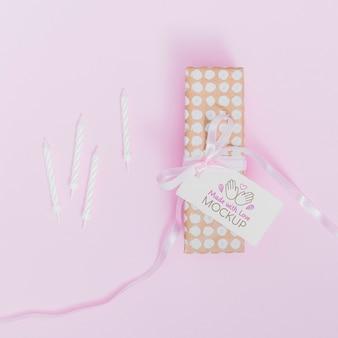 Bovenaanzicht verjaardagscadeau met lint en tag