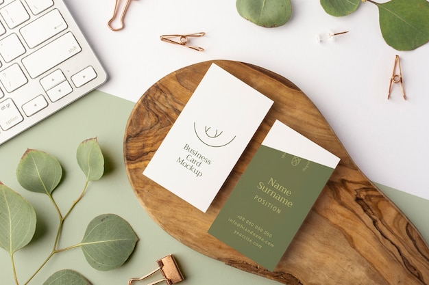 Bovenaanzicht visitekaartjes op hout en keybaord