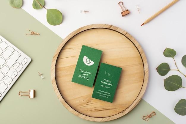 Bovenaanzicht visitekaartjes op hout met bladeren