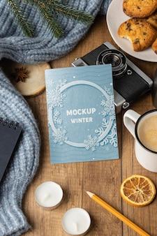 Bovenaanzicht winterhygge-arrangement met kaartmodel