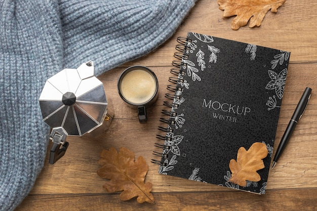 Bovenaanzicht winterhygge-assortiment met notebookmodel