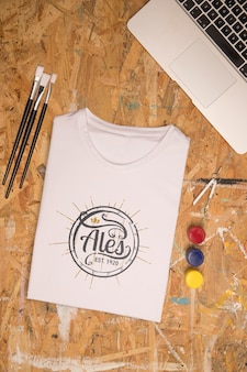 Bovenaanzicht wit gevouwen t-shirt