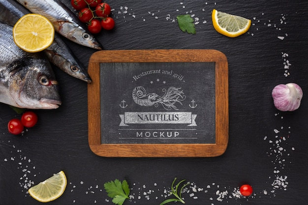 Bovenaanzicht zee voedsel assortiment met schoolbord mock-up