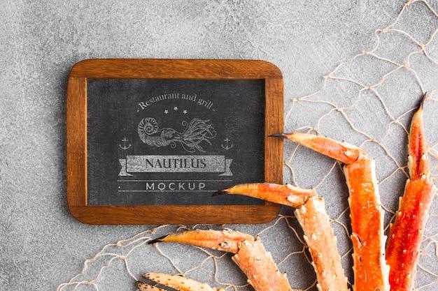 Bovenaanzicht zee voedsel samenstelling met schoolbord mock-up