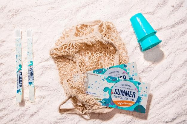 Bovenaanzicht zomer festival tickets op zand