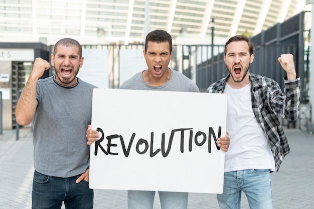 Boze activisten met bordmodel