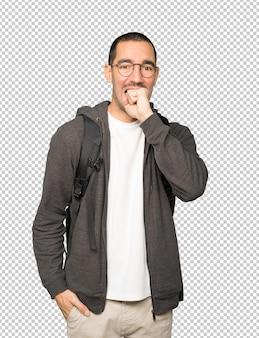 Boze student poseren tegen de achtergrond