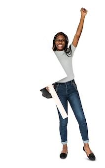 Braccia di ragazza africana alzate e tenendo banner bianco
