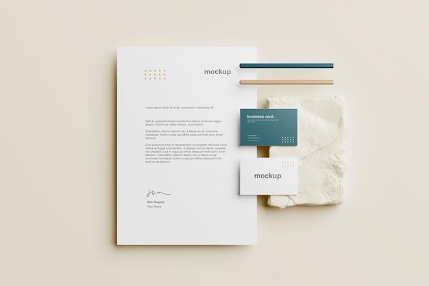Branding briefpapier mockup bovenaanzicht met potlood