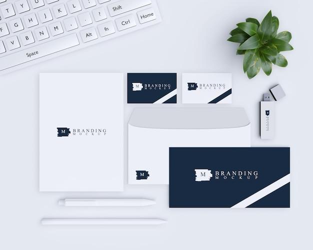 Branding mockup met natuurlijk ontwerp