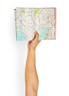 Brazo levantado con mapa en la mano