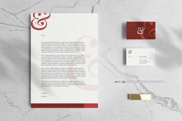 Briefhoofd a4-document met visitekaartje en briefpapiermodel in marmeren vloer