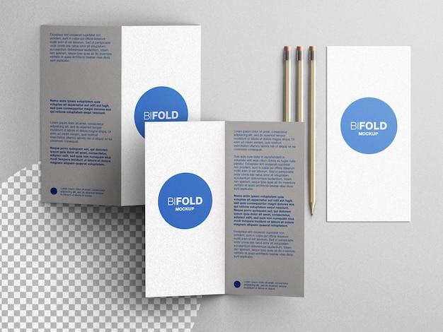 Briefpapier brochure flyer mockup scèneschepper met potloden plat lag geïsoleerd