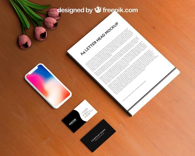 Briefpapier en smartphone mockup met visitekaartjes