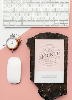 Briefpapiermodel met toetsenbord en klok