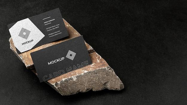 Briefpapiermodel op donker beton met ruige rots