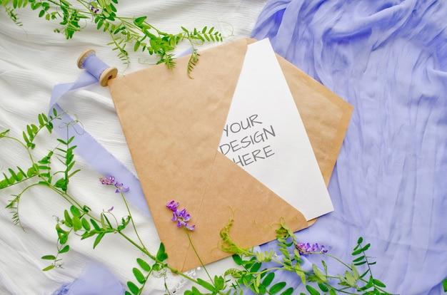Briefpapiermodel van gescheurd papier met kruiden