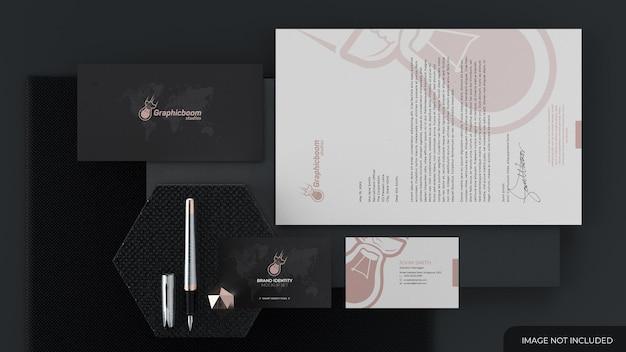 Briefpapierset mockup met visitekaartje en andere kantoorelementen
