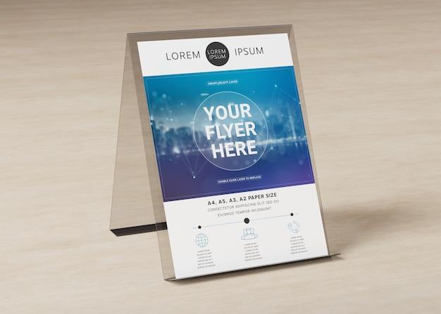 Brochure display stand op houten oppervlak mockup