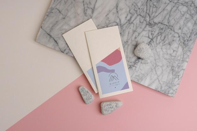 Brochure mock-up met abstracte vormen