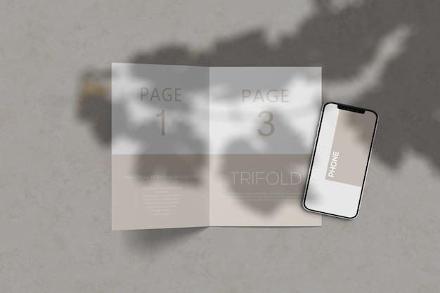 Brochure mockup met mockup voor mobiele telefoons