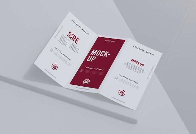 Brochuremodel op wit wordt geïsoleerd