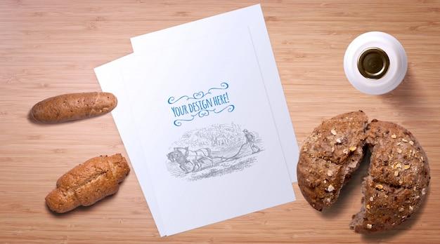 Brood en melk fles op houten tafel mockup