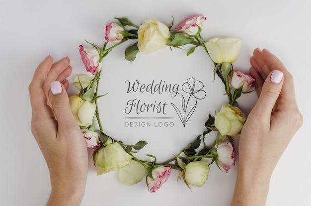 Bruiloft bloemist met arrangement van rozen