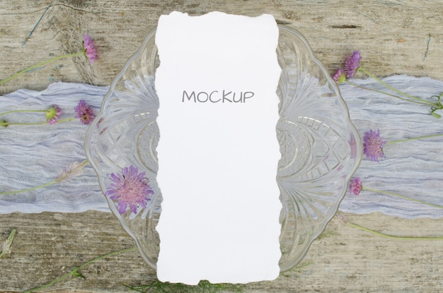 Bruiloft mockup menu met roze bloemen op violet loper en oud hout hout
