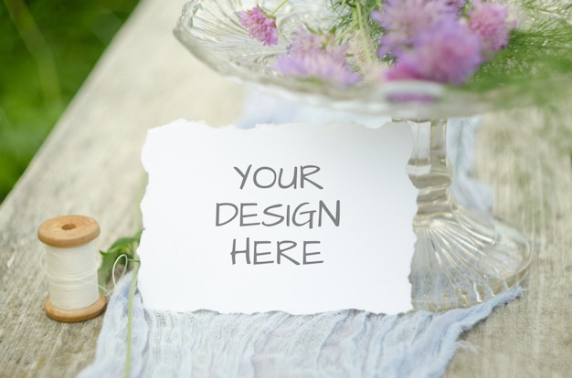 Bruiloft mockup met roze bloemen op violet loper en oud hout hout