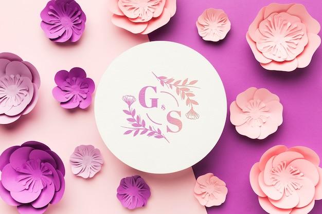 Bruiloft monogram mock-up met papieren bloemen