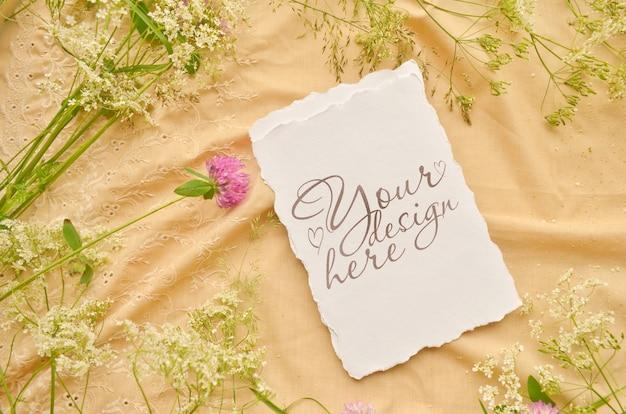 Bruiloft plat leggen met papieren kaart en wilde bloemen
