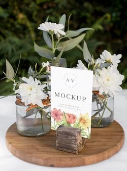 Bruiloft stilleven mockup met tafelnummer ontwerp