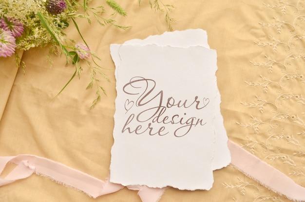 Bruiloft uitnodigen kaarten set. bloemen en lint mockup sjabloon collage.