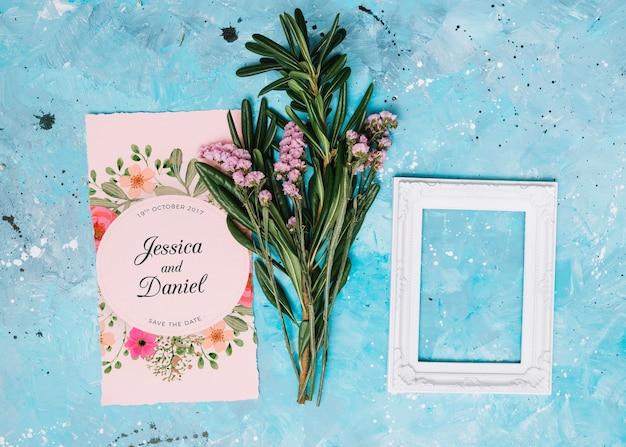 Bruiloft uitnodiging mockup met bloemen concept