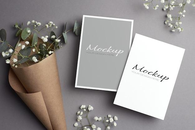 Bruiloft uitnodiging stationaire kaart mockup met bloemen, voor- en achterkanten