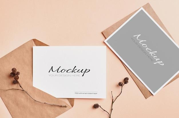 Bruiloft uitnodigingskaart mockup met droge boomtakjes decoraties