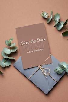 Bruiloft uitnodigingskaart mockup met envelop en eucalyptus plant twijgen