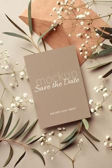 Bruiloft uitnodigingskaart mockup met envelop, eucalyptus en hypsophila twijgen Premium Psd