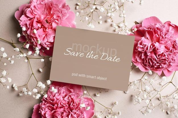 Bruiloft uitnodigingskaart mockup met roze pioenroos en witte hypsophila bloemen
