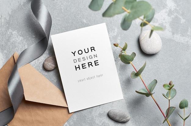Bruiloft wenskaart mockup met envelop