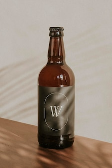 Bruin bierflesmodel op houten oppervlak