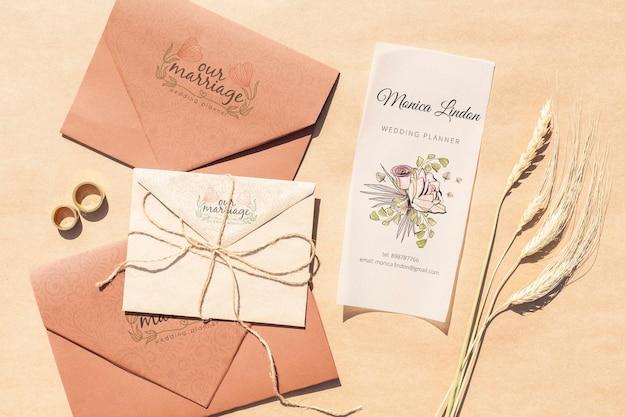 Bruine papieren enveloppen met trouwkaarten en ringen